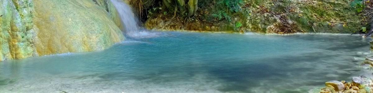 Particolare dell'acqua termale in una cascatella del Fosso Bianco