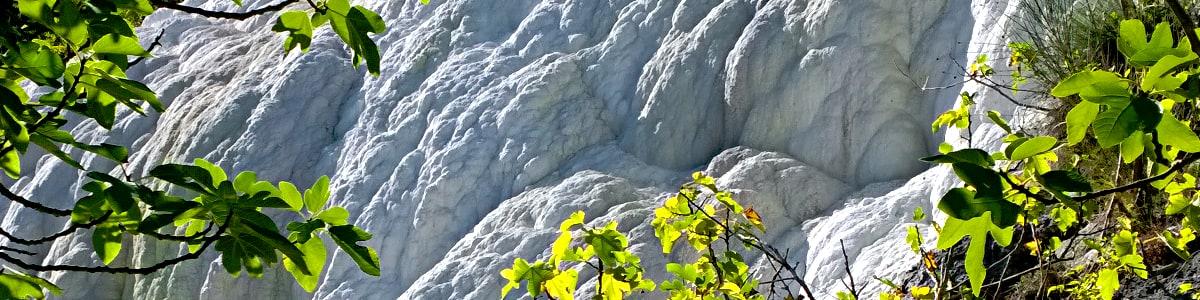 Parete di roccia calcarea situata all'ingresso dell'area delle terme libere