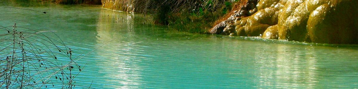 Acqua termale in una vasca naturale